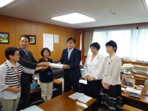 赤羽経産副大臣に要請する福島浜通りの女性有志のみなさんと、(写真右から)紙智子参院議員、高橋ちづ子。