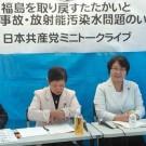 福島県委員会企画のトークライブで語り合う宮本県議らと、高橋ちづ子=福島市内