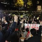 秘密保護法反対のデモ参加者のみなさんと「秘密保護法案廃案のためにガンバロー」と声を上げる日本共産党国会議員団=11月21日、衆院議員面会所前