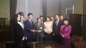 超党派で過労死防止基本法案を提出=2013年12月4日