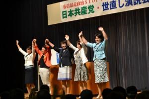 地方選勝利めざす集いで市議候補らと参加者の声援にこたえる高橋ちづ子=仙台市内