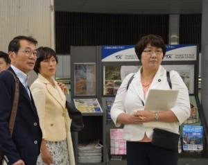 田村智子参院議員(中央)、加藤英雄千葉県議(左)らとつくばエクスプレスの安全対策等を調査する高橋ちづ子=9月11日