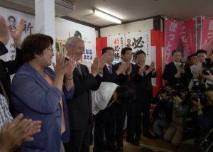 たなぶまさよ事務所にて、たなぶ候補と当選をともに喜びあう(10日 青森市)