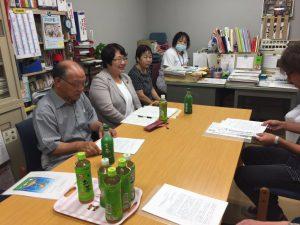 青森県医労連、つがる総合病院職員の組合代表との懇談=8月26日、五所川原市内
