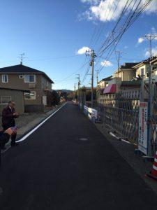 富岡町・道路一本挟んで帰還困難区域・居住制限区域が分かれる場所にて