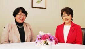 対談する(左から)高橋議員と、ふなやま候補=6日、仙台市