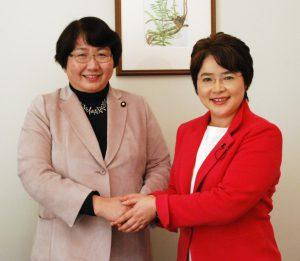 高橋議員(左)と、ふなやま候補=6日、仙台市