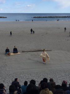 「海辺の図書館」主催の祈りの能が披露されました。