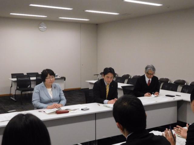 藤野保史衆院議員らとともに、厚労省や農水省から説明を受ける高橋千鶴子=7日、国会内